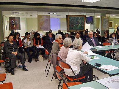 Les membres de Femmes au-delà des mers discutent lors de l'assemblée générale de l'association