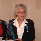 Gisèle Bourquin portant la médaille de l'ordre national du Mérite