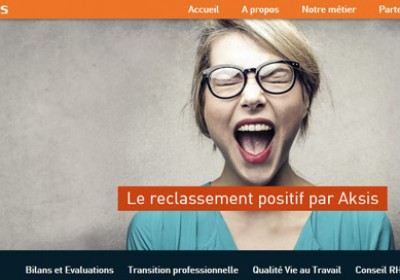 Capture d'écran du site web d'Aksis. Photo d'une jeune femme blonde poussant une excamation de joie.